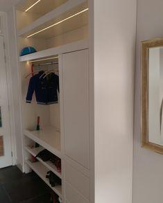 Mooi werk van Quinterieur! Voor ons nieuwbouwhuis zochten wij naar een functionele oplossing voor een garderobe kast in de hal. Na een eerdere fijne ervaring met een inloopkast op maat vroegen wij Quinterieur mee te denken over het verwerken van een vloerverwarming-verdeler in een garderobe kast. Onze wensen werden geïnventariseerd en uiteindelijk verwerkt in een schitterende