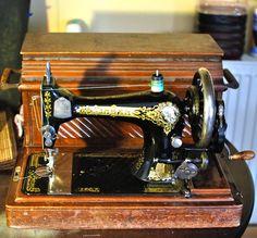 hand crank vintage sewing machine