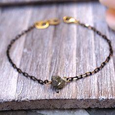 Pulsera de piedra cruda pirita minimalista pulsera por KateKoel