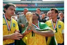 Romário erguendo a taça na Copa do mundo dos Estados Unidos (1994) - Brasil tetracampeão!