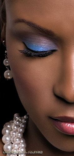 Blue/purple eye shadow - soft yet powerful look