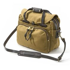 Clinton C. Filson, based in Seattle, used the great Klondike gold rush as an opportunity to provide equipment for the gold-diggers streaming up north. The latter is history, but Filsons are still going strong – in addition to sturdy all-weather and leisure clothing, they also make these bags – which are not only good-looking, but will put up with the roughest treatment. The body is made of extra-dense cotton of heavy industrial quality (weight 623 g/sq.m.).The cloth is soaked in a special…