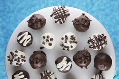 Chocolate Chip Cookie Dough Truffles recipe: Take chilled cookie dough, roll into balls, dip in chocolate and place on waxed paper to set. No egg inside… just tender dough with that chocolate exterior. Köstliche Desserts, Delicious Desserts, Dessert Recipes, Yummy Food, Chocolate Chip Cookies, Chocolate Morsels, Chocolate Chocolate, Chocolate Recipes, Yummy Treats