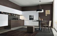 Otro ejemplo del uso de los colores tostados oscuros con el blanco en cocinas muy modernas. Los tonos tabaco aportan personalidad y exclusividad.