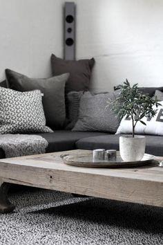 Diferentes tonos de gris y madera natural