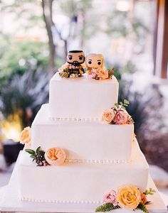 100 Wedding Cakes that WOW | Come one, come all Game of Thrones fans. What a fun way to take a serious cake and make it a playful moment! See more of this Rose Garden Wedding here captured by This Girl Nicole Photography with cake by King's Hawaiian.