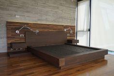 Se solicitó el desarrollo de una Cama para un dormitorio principal. Por consiguiente, dispusimos de un conjunto de dos planos sobrepuestos a modo de respaldo, uno de madera de roble reciclado y otr…