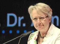 Plagiatsvorwürfe bei Doktorarbeit Führende Wissenschaftler verteidigen Bildungsministerin