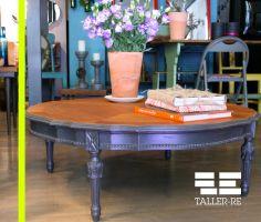#PiezaMarzo Mesa de centro antigua cubierta de madera natural con patas en gris oscuro detalles tallados. Taller-Re