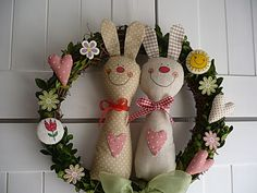 Wreath with bunnies Felt Crafts, Easter Crafts, Diy Crafts, Hoppy Easter, Easter Bunny, Rabbit Crafts, How To Make Toys, Fabric Gifts, Easter Holidays