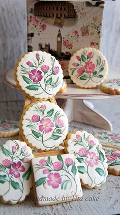Beautiful hand painted cookies. //  ♡ NEVER IN A MILLION YEARS COULD I EAT THESE COOKIES!!! THEY ARE JUST TOO GORGEOUS!  ♥A