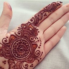 The mehndi provide uniqueness and attractiveness to your decorated design. In this article, you will see Simple Mehndi Designs For Beginners. Indian Mehndi Designs, Mehndi Designs For Girls, Mehndi Designs For Beginners, Modern Mehndi Designs, Mehndi Design Pictures, Wedding Mehndi Designs, Mehndi Designs For Fingers, Beautiful Mehndi Design, Latest Mehndi Designs