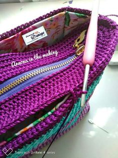Crochet Patterns Bag Place a zippered lid easily Crochet Bag + Diagram + Step By Step Tutorials Shopper with leather bottom bag crochet Ostaja jossa on nahkaisen pohjapussin virkkaus artofit Crochet Backpack Pattern, Crochet Pouch, Crochet Bags, Crochet Handbags, Crochet Purses, Crochet Shell Stitch, Crochet Stitches, Crochet Crafts, Crochet Projects