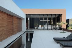 Completed in 2009 in Londrina, Brazil. Images by MCA Studio. Client: OM Guilherme Torres, a young Brazilian architect, was hired by an elderly couple to design a contemporary house in a residential. Architecture Résidentielle, Minimalist Architecture, Langer Pool, Piscine Coque Polyester, Swimming Pool Designs, Big Windows, Home Studio, Home Interior Design, House Design