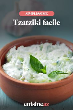 Un délice de fraîcheur avec le tzatziki, spécialité grecque qui se dévore plus vite qu'elle ne se prononce ! Très simple à réaliser, il vous faut juste du yaourt grec, un concombre, de l'huile d'olive, du jus de citron, de l'aneth ou de la menthe fraîche et de l'ail... Rien que des bonnes choses qui sentent bon l'été et les vacances ! Plongez des petits bâtons de légumes, du pain pitta ou du pain grillé, et vous traverserez illico presto la méditerranée direction la Grèce ! Opa ! Tzatziki, Pause, Food, Cooking, Salads, Cooking Recipes, Toast, Essen, Meals