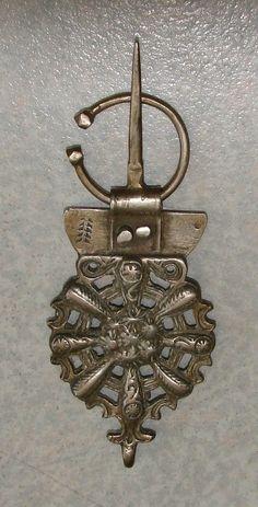 Fibule en argent, moulée et ajourée du nord-ouest du Maroc,les Jbala, Ouezzane. L : 12,9 cm