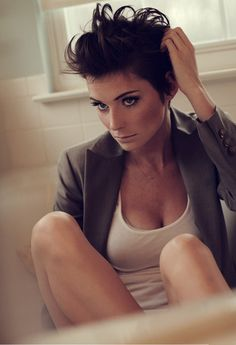 I wish I could pull off a really short hairstyle like this!! And her makeup is pretty too!