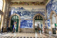 No grande painel de azulejos, temos na parte superior a história dos transportes em Portugal, na faixa central a representação do Torneio de Arcos de Valdevez, ocorrido no século 12, e abaixo temos uma família se apresentando ao Rei de Leão