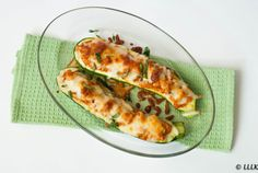 Gevulde courgette met kip, rode pesto en mozzarella Wine Recipes, Low Carb Recipes, Great Recipes, Healthy Recipes, Pesto, Zucchini, Healthy Snacks, Brunch, Food And Drink