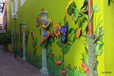In Willemstad worden muren versierd met kunst werken, hier een muur van een gebouw in Punda. - Curacao, Nederlandse Antillen | Columbus Travel
