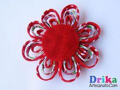 flores-de-tecido-feitas-com-vies-11 Christmas Wreaths, Brooch, Holiday Decor, Jewelry, Make Fabric Flowers, Flower Fabric, Silk Ribbon Embroidery, Embroidery Ideas, Hair Bow Making