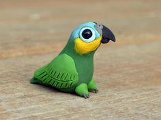 Figura animal pequeño loro-hecho a mano en miniatura del polímero de barro