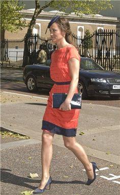 Pippa Middleton, de naranja y azul marino en una boda
