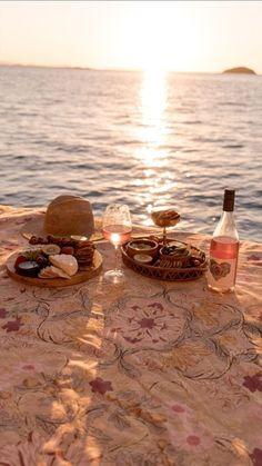 Picnic Date, Beach Picnic, Summer Nights, Summer Vibes, Dream Dates, Cute Date Ideas, Romantic Picnics, Romantic Dinners, Romantic Travel