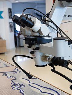 Un microscopio Leica M-650, fabricado para operaciones de microcirugía de gran precisión, revisa la superficie de los cuadros para detectar posibles deterioros, pérdidas, etc. Cuando llegamos al taller, sobre la mesa, estaba Mujer en el baño, de Roy Lichtenstein preparándose para la exposición de Mitos del Pop.