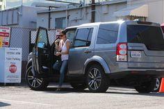 Jennifer Garner in a Land Rover LR4