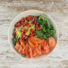 Ensalada de canónigos y tomate con aguacate  Cada día más y más enamorada de este #depuravida #comelimpiocz #carlazaplana