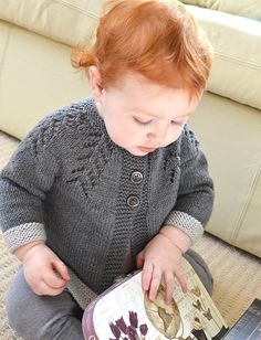 Ciqala Arrowhead Sweater shared on the LoveKnitting Community. Find more inspiration and share your own baby projects at LoveKnitting. Baby Knitting Patterns, Christmas Knitting Patterns, Arm Knitting, Sweater Patterns, Baby Scarf, Baby Cardigan, Knit Cardigan, Unisex Looks, Universal Yarn