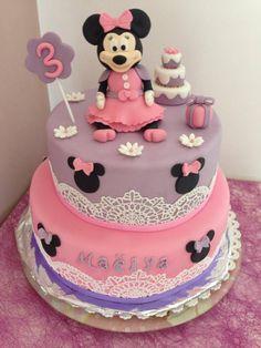 Mon gâteau Minnie je l'adore toute ma décoration a était réalisée sans aucuns moules Composé d'un madeira cake imbibé d'un sirop chocolat et d'une ganache chocolat 2 jours pour modeler ma Minnie je me suis inspirée de cette vidéo