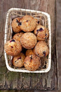 Muffins with black currant and walnut topping