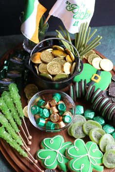 St Patricks Day Crafts For Kids, St Patricks Day Food, St Patrick's Day Crafts, Charcuterie Recipes, Charcuterie And Cheese Board, St Patrick Day Snacks, Party Food Platters, St Patrick's Day Decorations, Holiday Treats