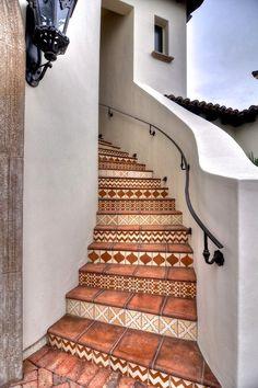 Лестница в цветах: серый, светло-серый, белый, коричневый, бежевый. Лестница в стиле средиземноморский стиль.