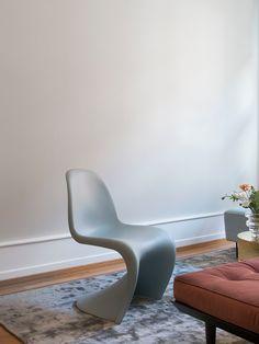 Stol,Panton Chair, fra Vitra, kr 2.590. Teppe, Solid Dark Sky, fra kr 11.900. Showroom, Panton Chair, Egg Chair, Floor Chair, Lounge, Homes, Sky, Flooring, Dark