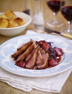 Geroosterde eend met aardbeien - Een heerlijk gerecht met aardbeien en geroosterde eend. In plaats van de rode kool kan natuurlijk ook voor een andere groente gekozen worden om het gerecht iets lichter te maken. http://www.gezondheidsnet.nl/wat-eten-we-vandaag/geroosterde-eend-met-aardbeien #gezondeten #recept #aardbeien #eend