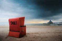 Strandkorb in Rot am Strand von Heringsdorf auf Usedom, Herstellung Korbwerk