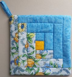 Quilted Pot Holder, x Log Cabin design Quilting Projects, Quilting Designs, Sewing Projects, Small Quilts, Mini Quilts, Potholder Patterns, Quilt Patterns, Patchwork Quilt, Log Cabin Designs