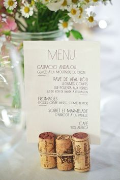A discreet, sweet and trendy menu door, because cork has never been that much in the air! Source by Wedding Quotes, Wedding Menu, Wedding Table, Diy Wedding, Rustic Wedding, Wedding Planner, Wedding Day, Wedding Reception, Menu Holders