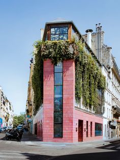 The exterior of Pink Mamma in Paris is actually pink and covered in plants. Restaurants In Paris, Resto Terrasse Paris, Sunday Restaurant, Restaurant Ideas, Resto Paris, Pink Paris, Flatiron Building, Architecture Details, Paris Architecture
