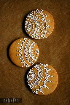 Henna designs on cookies! Xmas Cookies, Iced Cookies, Royal Icing Cookies, Sugar Cookies, Cookie Icing, Christmas Goodies, Christmas Treats, Christmas Baking, Holiday Treats