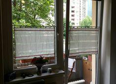 Die etwas anderen Vorhänge! Bei den Geschirrtüchern (von ikea) einige Fäden herausziehen. Mit Teleskopvorhangstangen (von obi) und Halterungen (von ikea) ins Fenster hängen. FERTIG