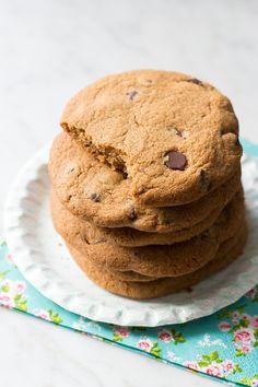 Stel dat ik je zou vertellen dat deze koekjes lekker knapperig zijn en héél vol van smaak? En dat ze qua structuur wel een beetje op spritsen lijken? En dat ze ook nog eens notenvrij en ei-vrij zijn? Nou, dat zijn deze koekjes. Een experiment wat toch wel heel goed lukte eigenlijk. Ik nam wat chufameel, deed er bakbananenmeel bij ... Read More