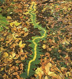 """Als een echte landschapskunstenaar met bladeren """"schilderen""""! Heerlijk buiten in de herfst."""