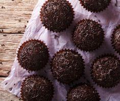 A világ legegyszerűbb desszertje a kókuszgolyó. Nem kell sütni, csak a hozzávalókat kell összegyúrni. A kókuszgolyó mellett számos olyan mennyei desszertgolyó létezik, amivel meglepheted a vendégsereget.