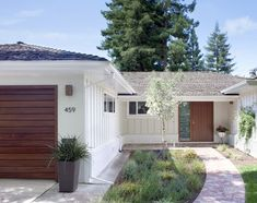 Exterior Photos Midcentury Modern Ranch Design, Pictures, Remodel, Decor and Ideas - page 52 Ranch Exterior, Exterior Remodel, Modern Exterior, Exterior Design, Exterior Colors, Exterior Paint, Cafe Exterior, Restaurant Exterior, Garage Exterior