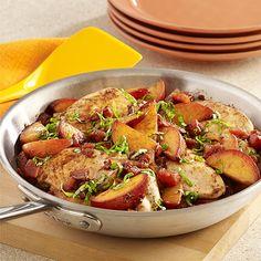 Pollo con Vinagre Balsámico y Duraznos al Sartén: Jugoso pollo con duraznos frescos, tomates en cubos y vinagre balsámico, cubierto con albahaca fresca