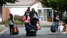 Flüchtlinge mit Koffern und Plastiktüten in Friedland, Niedersachsen. (dpa)